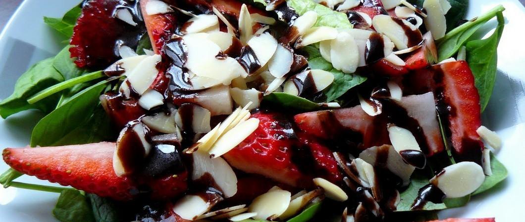 Самый простой салат с шоколадом и клубникой