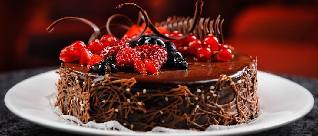 Рецепты шоколадных тортов, украшенных ягодами